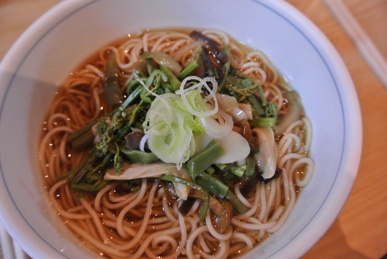 pic Hot soba with wild vegetables